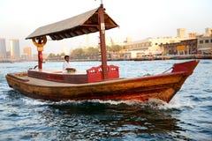 Det traditionella Abra fartyget i Dubai Creek Arkivbild