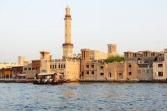 Det traditionella Abra fartyget med folk i Dubai Creek Arkivbilder