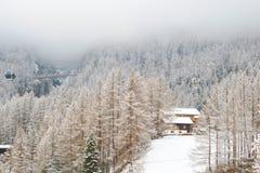 Det traditionella alpina huset i barrskogen, schweizare skidar semesterorten arkivbild