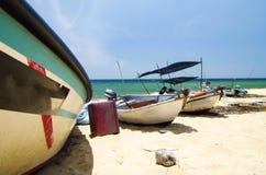det traditionella fiskarefartyget förtöjde över härlig havssikt och den sandiga stranden under ljus solig dag royaltyfri bild
