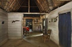 Det traditionella huset i naturligt parkerar El Cubano cuba royaltyfri fotografi