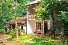 Det traditionella koloniinvånare-stil huset står i en rainforest Royaltyfri Bild