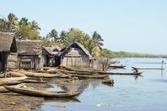 Det traditionella malagasy fartyget - kanota på den afrikanska stranden Arkivfoton
