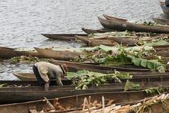 Det traditionella malagasy fartyget - kanota på den afrikanska stranden Royaltyfri Fotografi