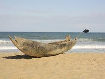 Det traditionella malagasy fartyget - kanota på den afrikanska stranden Royaltyfria Foton