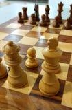 Det traditionella schackstycket på schackbrädet som är klart att spela arkivfoton