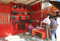 Det traditionella stam- vapnet shoppar i stam- religiös mässa Arkivfoton