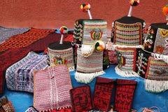Det traditionella Tarabuco handväskor och huvudet bär, Bolivia Royaltyfria Bilder