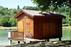 Det traditionella trälivräddarehuset på en sjö packar ihop royaltyfri foto