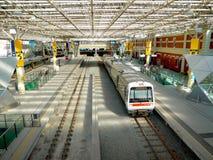 Det Transperth drevet stoppar på den tysta Perth järnvägsstationen på Christm Arkivbild