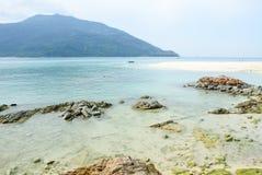 Det tropiska havet landskap med berg och vaggar royaltyfria bilder