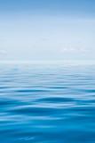 Det tropiska havet med blått vatten Royaltyfri Fotografi