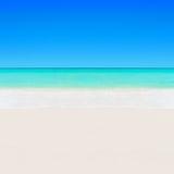 Det tropiska vita sandiga klara havet för stranden och för turkos bevattnar backg Arkivbild