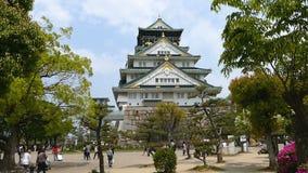 Det turist- besöket härliga Osaka Castle stock video