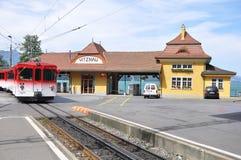 Det turist- drevet för passageraren flyttar sig in mot stationen Royaltyfria Bilder
