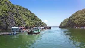 Det turist- fartyget med flickan på pilbåge seglar nästan sväva lantgårdar stock video