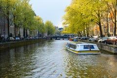Det turist- fartyget på kanalen av Rotterdam, Nederländerna reser i Europa arkivfoto