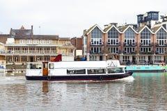 Det turist- fartyget som kryssar omkring längs flodThemsen som passerar flodstranden, går promenad i Kingston på Themsen, England Arkivfoton