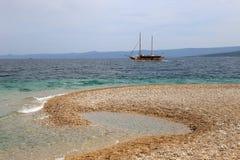 Det turist- fartyget som passerar Zlatni, tjaller stranden royaltyfri foto