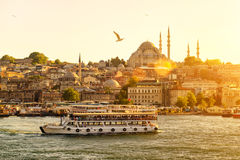 Det turist- fartyget svävar på det guld- hornet i Istanbul Arkivbild
