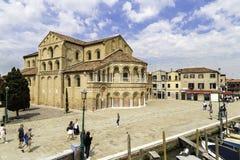 Det turist- folket som går runt om kyrkan av Santa Maria e San Donato, är en religiös stor byggnad som lokaliseras i Murano, nord Arkivbilder