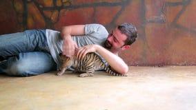 Det turist- folket som spelar med, behandla som ett barn tigertemplet, bangkok, Thailand arkivfilmer