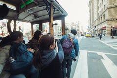 Det turist- folket tycker om ritten på den berömda öppna spårvagnen i San Francisco royaltyfri foto