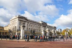 Det turist- och lokala folket går till Buckingham Palace för ändrande vakt för middag fotografering för bildbyråer