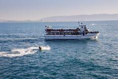 Det turist- skeppet och strålen skidar ryttare på fjärden av tunnlandet, Israel royaltyfri bild