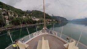 Det turist- skeppet seglar längs sjöGenève till den Chillon slotten arkivfilmer