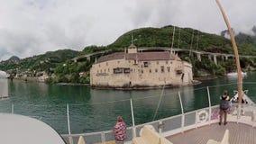 Det turist- skeppet seglar längs sjöGenève till den Chillon slotten stock video