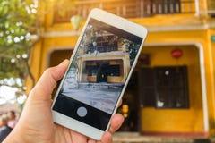 Det turistSelfie fotoet av det gula gamla huset på att gå på gator av Hoi An, Hoi An är kultur, arvUNESCOvärldsarv arkivfoton