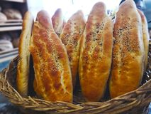 Det turkiska matbegreppet Det turkiska brödet med svartvitt Royaltyfri Bild