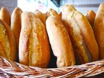 Det turkiska matbegreppet Det turkiska brödet med vit sesampr Royaltyfria Bilder