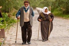 Det turkiska paret promenerar stenbanan Arkivbild