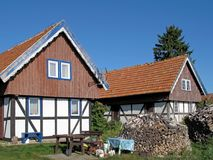 Det typiska gamla lantgårdhuset, Curonian spottar, Litauen royaltyfria bilder