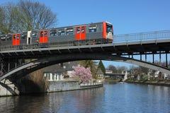 Det U-Bahn stadsdrevet korsar den Alster floden på bron i Hamburg Arkivfoton