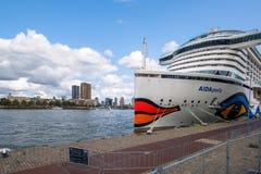 Det Ultramodern kryssningskeppet AIDAperla förtöjas i Rotterdam på royaltyfria bilder
