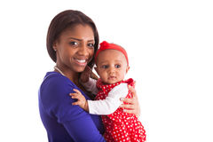 Det unga afrikansk amerikanmoderinnehavet med hennes behandla som ett barn flickaisolaten Royaltyfria Bilder