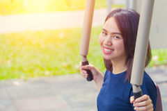 Det unga asiatiska leendet tycker om bröstkorgövning i parkera för sunt tonårigt arkivfoto