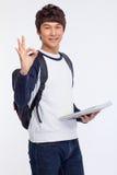 Det unga asiatiska stdudent visninggodkännandet undertecknar. Fotografering för Bildbyråer