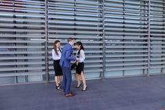 Det unga den perspektivfolket, studenter, flickor och grabben går att möta eac royaltyfri foto