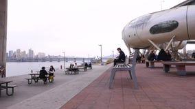 Det unga koreanska folket som tillsammans sitter på, parkerar samtal och att meddela, den Seoul livsstilen arkivfilmer