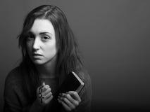 Det unga kristna den kvinnainnehavkorset och psalmen bokar Royaltyfria Bilder