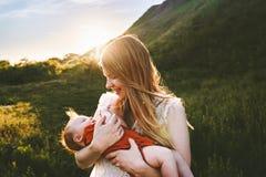 Det unga moderinnehavsp?dbarnet behandla som ett barn utomhus- royaltyfria foton