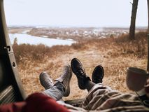 Det unga paret av turister ligger i bil och tycker om landskap arkivbilder