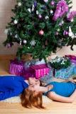Det unga paret firar jul Arkivbild
