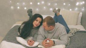 Det unga paret som är förälskat i dekor för nytt år med gåva- och julträdet, där är oväsen i videoen stock video