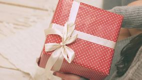 Det unga paret som är förälskat i dekor för nytt år med gåva- och julträdet, där är oväsen i videoen lager videofilmer
