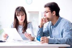 Det unga paret som ser familjfinans, skyler över brister arkivbild